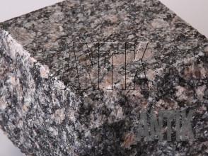 Брусчатка гранит пилено-колотая Корнинское (Leopard) 100x100x100 (фактура)
