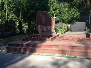 Надгробие №102